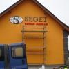 Oznakowanie literami przestrzennymi budynku SEGET Jełowa