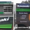 Kompleksowe oznakowanie salonu Kawasaki z Prądów k.Opola w reklame zewnętrzną. Panele z kompozytu alu w kolorze czarnym do biura, kasetony zewnętrzne na otokę budynku oraz totem nieświetlny z dibondu. Advert Studio.