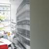 Stylizacja biura nieruchomości INVESTDOM foto-tapetą produktową wydrukowana w skali szarości.