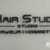 Logowanie recepcji salonu fryzjersko -kosmetycznego. Litery styrodurowe malowane na czarno. Advert Studio.