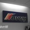 Logowanie hotelu Novum.Tablica przestrzenna z dibondu koloru granatowego z naklejonym przestrzennym logotypem ze styroduru z czołem z kolorowej pleksi. Advert Studio.