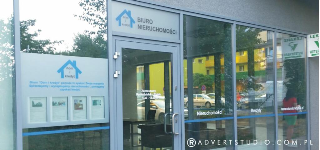 oklejanie witryn -stylizacja witryny biura nieruchomosci -advert reklama