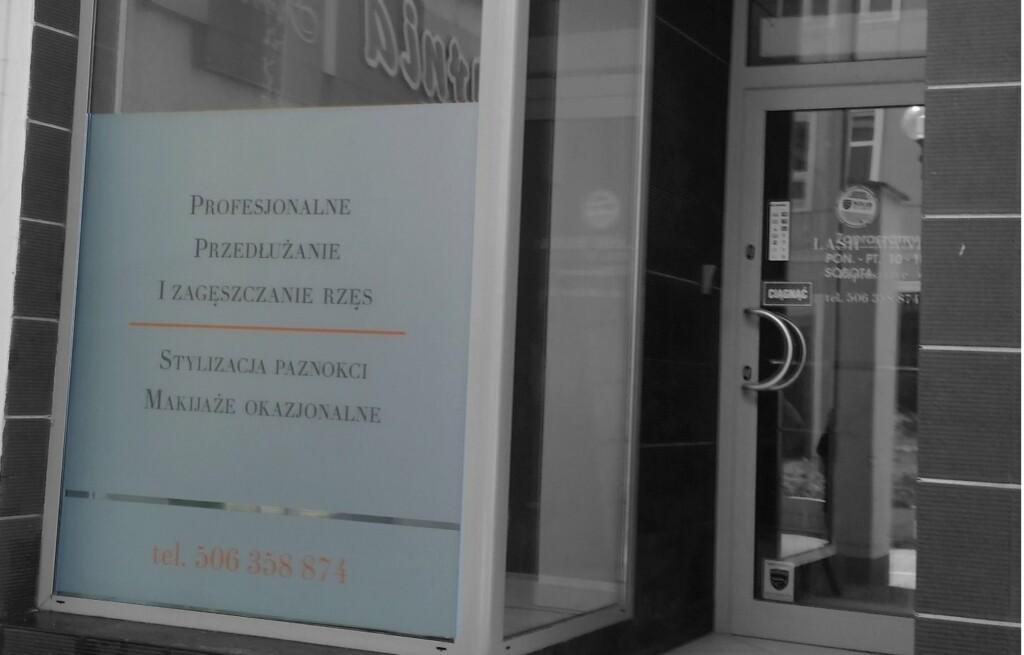 stylizacja witryny salonu przedluzania rzes-producent reklam advert