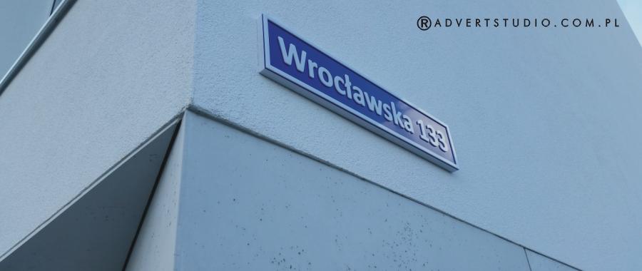 tablica z nazwa ulicy-advert reklama