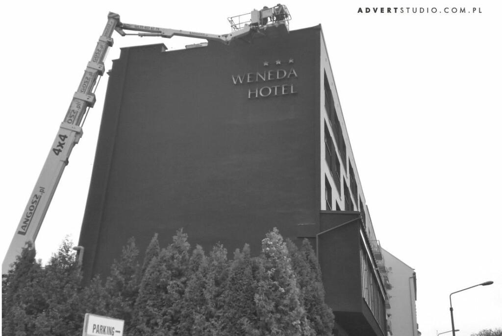 montaz liter podswietlanych na elewacji hotelu Weneda Opole-advert reklama