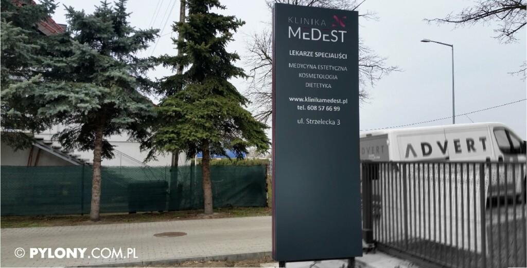 pylon reklamowy przy bramowy -pklinika medest-producent pylonow advert studio opole