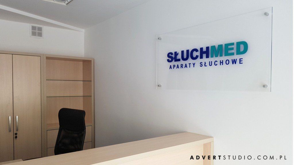 TABLICA Z LOGO DO gabinetu sluchmed advert