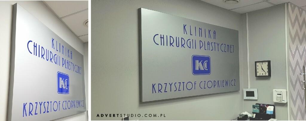 tablica z logo Kliniki Chirurgii plastycznej