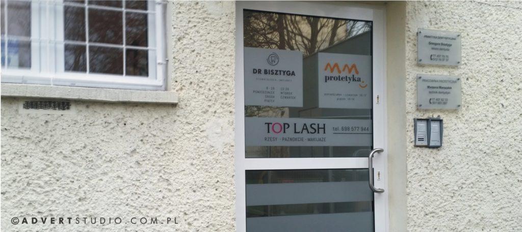 stylizacja witryn drzwi wejsciowych do stomatologii-advert reklama opole