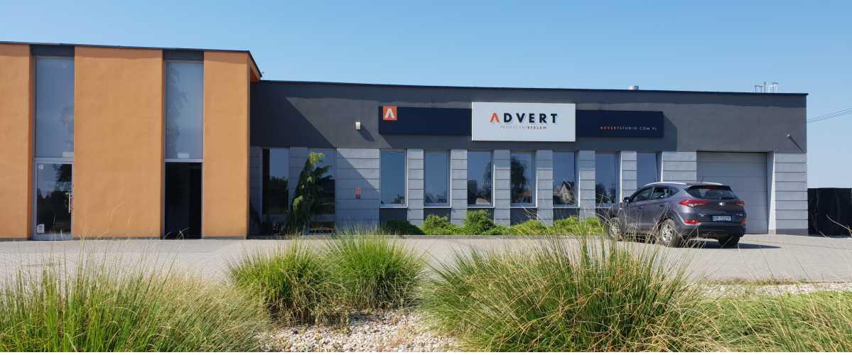 oznakowanie budynku reklamą zewnętrzną