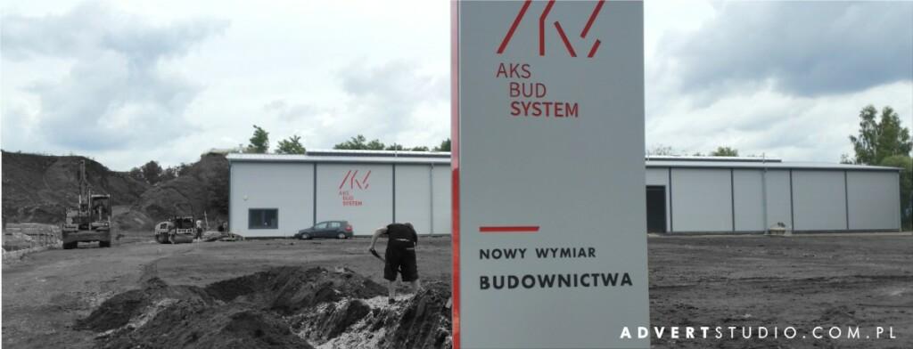Oznakowanie terenu przyzakladowego i hali Aks Bud System - pylon wjazdowy i litery na hali-advert reklama opole