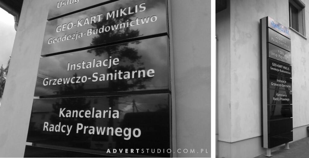 Totem reklamowy przy budynku