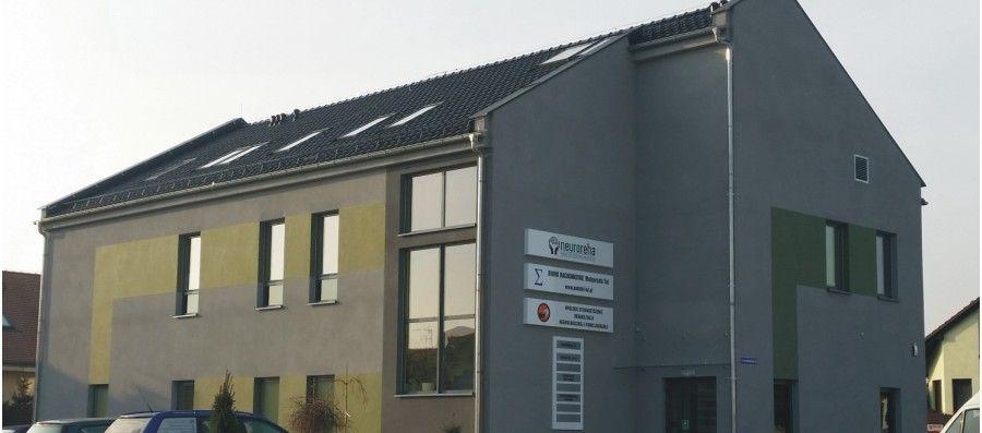 oznakowanie budynku NeuroReha w Opolu - producent reklam Advert