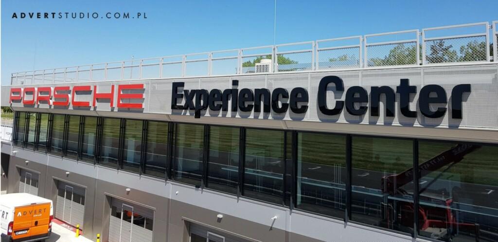 oznakowanie #porscheDrivingExperience advert