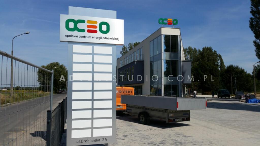 totem z wymiennymi panelami dla najemcow biurowca OCEO