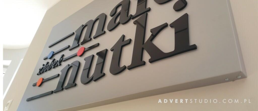 male nutki zlobek - panel z wypyklum liternictwem-advert reklama